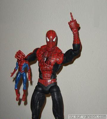normal_middle-finger-spiderman-poupee.jpg